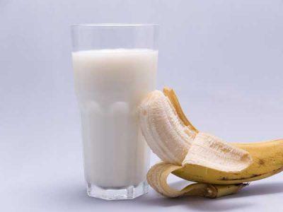 Молочный коктейль с бананом в блендере и без: рецепты с фото