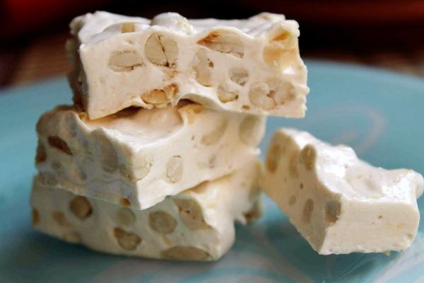 Домашний белый шоколад с орехами